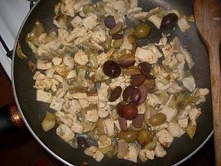 Куриный салат с артишоками и оливками