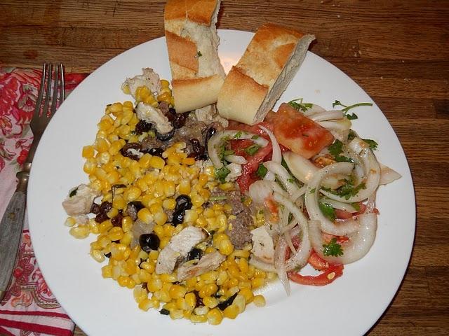 Салат с кукурузой, курицей и овощами