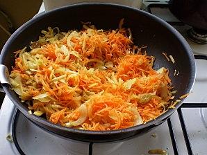 морковь, лук, изюм для салата из капусты