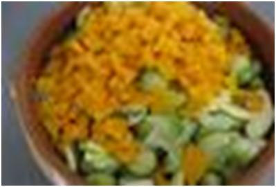 смешать ингредиенты для салата из тыквы и брюссельской капусты
